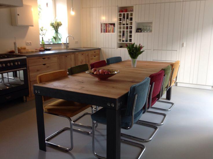 Onze grote stoere tafel. Frame gemaakt door www.potigetafels.nl en blad zelf gemaakt van eiken vloerplanken.
