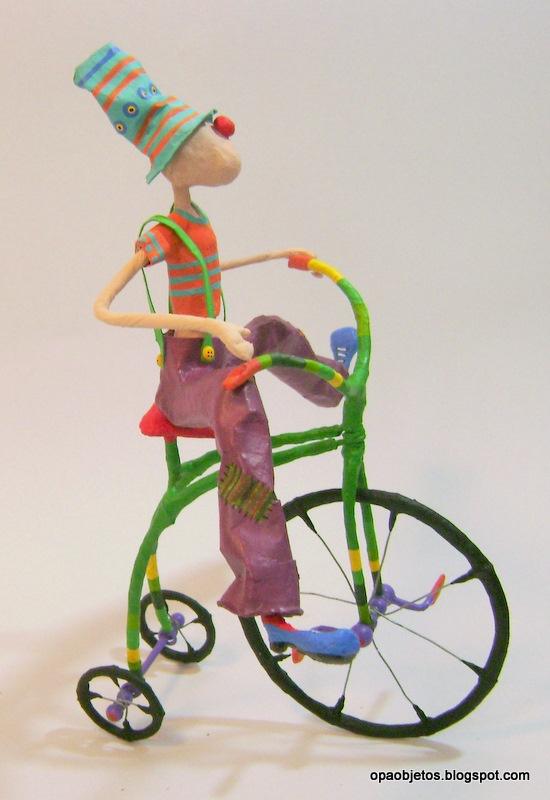 payaso en bici de papel mache