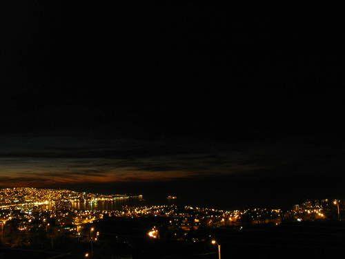 """""""... Está justo donde se deja ver el mar y donde la subida Agua Santa termina de desenrollar las sucesivas curvas, que parecen perpetuar la salida de los viajeros que abandonan la ciudad, manteniéndolos ligados por más tiempo a la costa que se une a Valparaíso."""""""