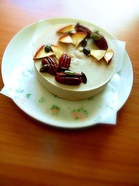 メープルとピーカンナッツのローケーキ フィリングがロースイーツ仕様、クラストはマクロビ仕様のハイブリッドタイプです。ナッツとメープルの黄金コンビ! ★SHO★ 材料 (12㎝のケーキ型) 生カシューナッツ 80g 生ピーカンナッツ 20g ココナッツオイル 50g メープルシロップ 50g ☆小麦粉(好みで全粒粉) 100g ☆オートミール 20g(なくても可) ☆きな粉 大さじ1(なくても可) ☆菜種油 大さじ2(他の油でも可) ☆メープルシロップ 大さじ2 ☆塩 ひとつまみ ♡デコ用:ナッツ、ドライアップル 適量 作り方 1 まず、ナッツ類をそれぞれ水に浸しておきます。3時間程度浸けたら洗って水を切ります。 2 クラスト→小麦粉、オートミール、塩、きな粉をボウルに入れてざっと混ぜておきます。オーブンは180℃に余熱しておきます。 3 2、に菜種油とメープルシロップをよく混ぜたものを入れ、こねないように手ですり合せます。粉っぽければ、油を追加してください 4 3、を型の底面に手でぎゅっと押し付けてフォークなどで穴をあけ、余熱しておいたオーブンで15~20分程焼きます。 5…