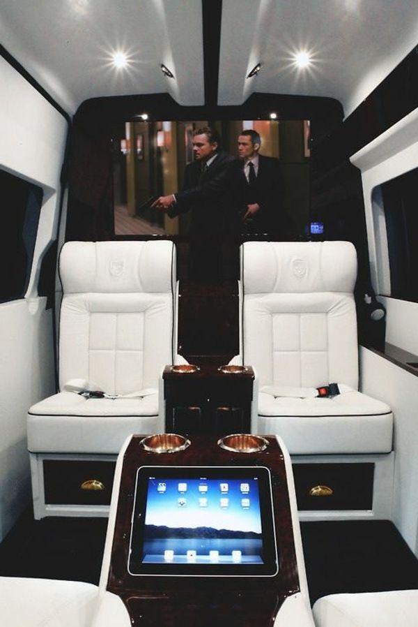 jet privé avec home cinéma, chaise en cuir blanc, tv large