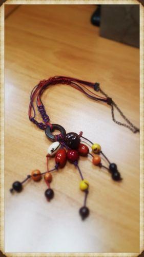 Collar elaborado con semillas de colores con nudo simple de macramé