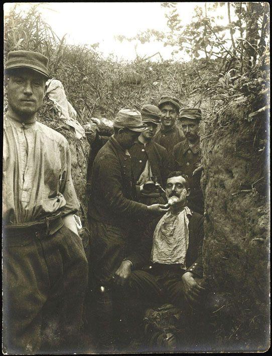 Le barbier. Photographie faite par Paul-Marcel Piquemal. AN, 700AP/PA_159. © Archives nationales.