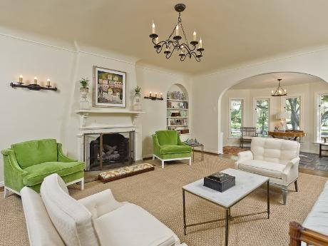 Love the pop of green color in this neutral cream and white living room. So pretty!