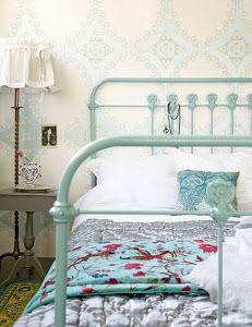 Ultimamente esta muy de moda adaptar camas de forja antiguas y convertirlas en objeto de decoración vintage. Aquí tenéis algunas ideas. #decoración #dormitorio