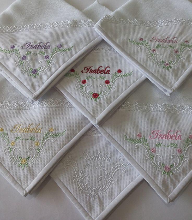Fraldas de boca personalizadas, dupla face.  Detalhe com güipir.  Canto em pique, bordado à máquina e acabamento com viés de tecido 100% algodão.