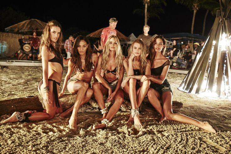 Τα μοντέλα της Victoria's Secret σε μια νυχτερινή ανάπαυλα των γυρισμάτων για το νέο κατάλογο μαγιό της εταιρείας ποζάρουν σαν πρόσκοποι πλάι στη φωτιά σε μια αμμουδιά του Πουέρτο Ρίκο.