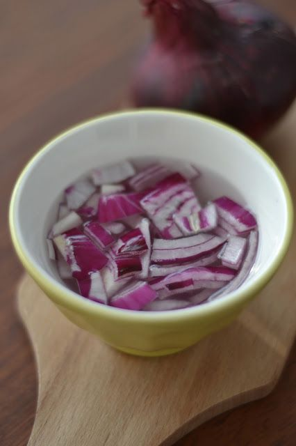 Si comme moi vous aimez les oignons rouges crus dans vos salades mais craignez de ne pas les digérer, voici une astuce toute bête qui fonctionne très très bien: faîtes-les tremper dans de l'eau bien froide, voire glacée pendant au moins 10mn. Egouttez-les et ils sont prêts à être utilisés. Simple, non?