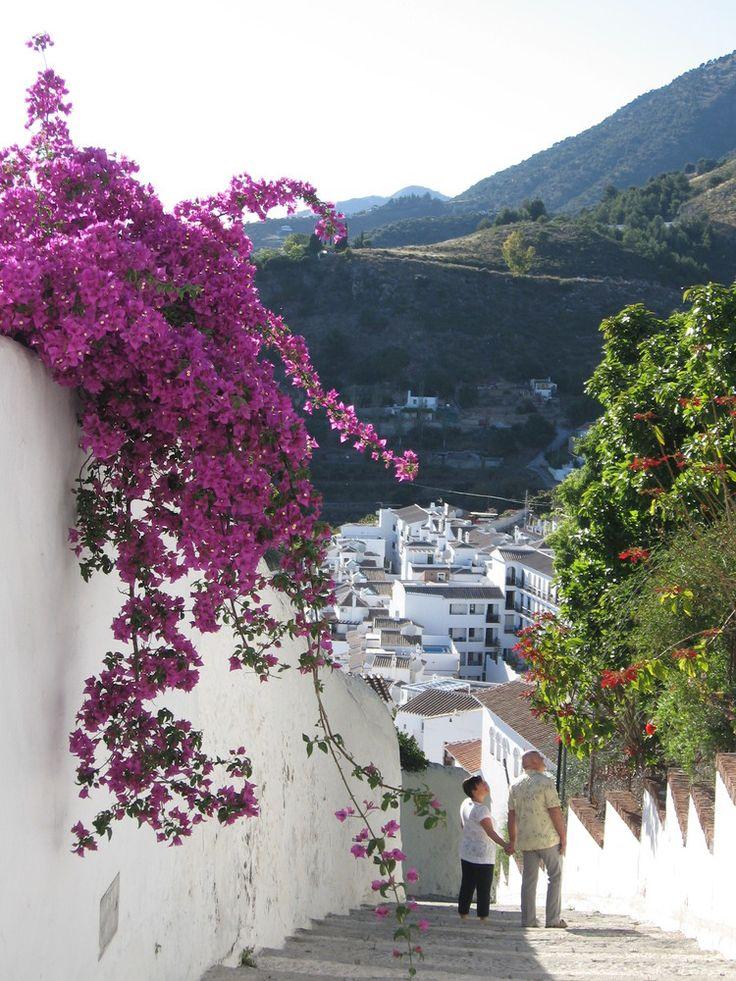 Rincones de Andalucía: una calle de Frigiliana (Málaga) / Places in Andalucía: a street in Frigiliana (Málaga)