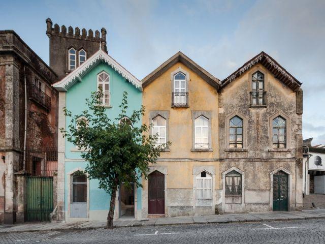 Plus d'un siècle de transformations et de cloisonnement avait éloigné cette maison du nord du Portugal de son architecture historique. L'architecte Tiago do Vale a repensé chaque étage à la ... #maisonAPart