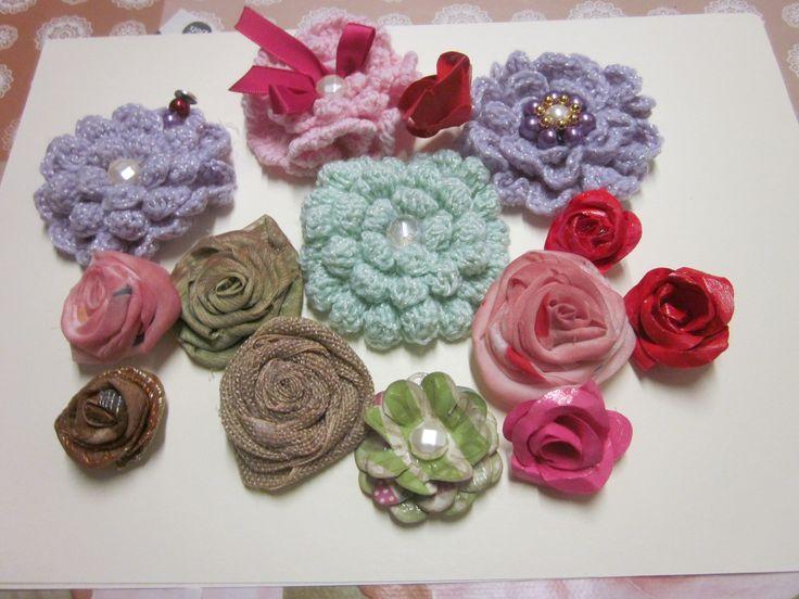 altri fiori  in stoffa e a uncinetto