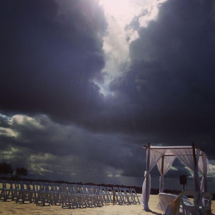 Wedding in the rain☔️Not having much luck with the weather today #breezeweddings #beach #wedding #storm #is #coming #rain #coolangatta #unlucky #weather #day #australia #dark #sky #свадьба #на #пляже #шторм #надвигается #австралия #не #везет #с #погодой #свадьба #под #дождем