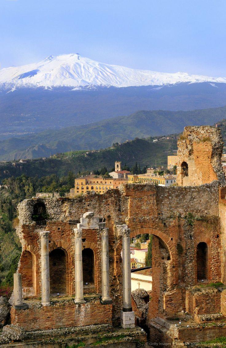 Vue sur L'Etna depuis le théâtre grec de Taormine. Magique !