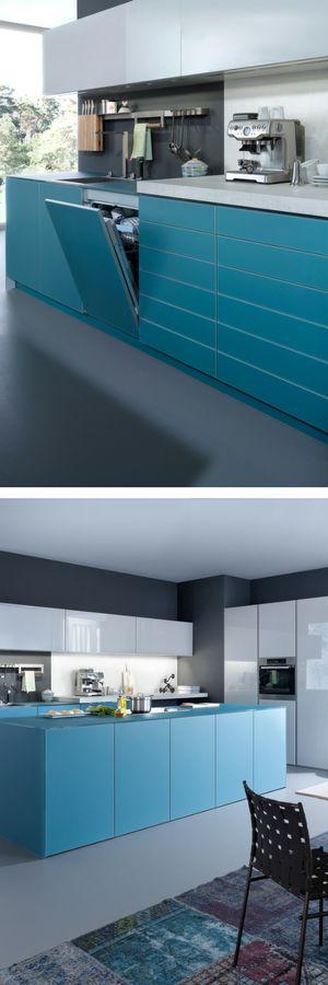 blaue Küche, blau, Küche, grifflose Küche, modern, farbige Küche, Farbe, weiße Küche, blau-weiß, Lack, Hochglanz, Kochinsel, Kücheninsel, Wohnküche, große Küche, Bilder, Ideen, Inspiration, Foto: leicht