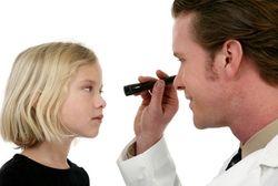 Когда женщина становится мамой, она начинает замечать малейшие изменения в ребенке. Особенно внимательно она следит за состоянием здоровья своего малыша, боясь пропустить признаки надвигающегося заболевания. Сегодня мы поговорим о том, что значит у ребенка красные глаза, что может к этому приводит, и что нужно делать, если вы заметили это неприятное явление у вашего малыша.