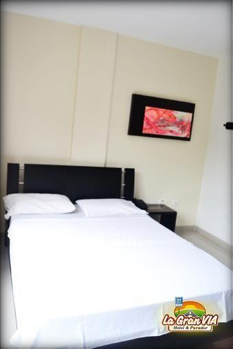Habitación persona sola: 1 cama de 1.20 m ó 1m de ancho: $ 44.000, Tv, mesa de noche, citofono y baño privado.