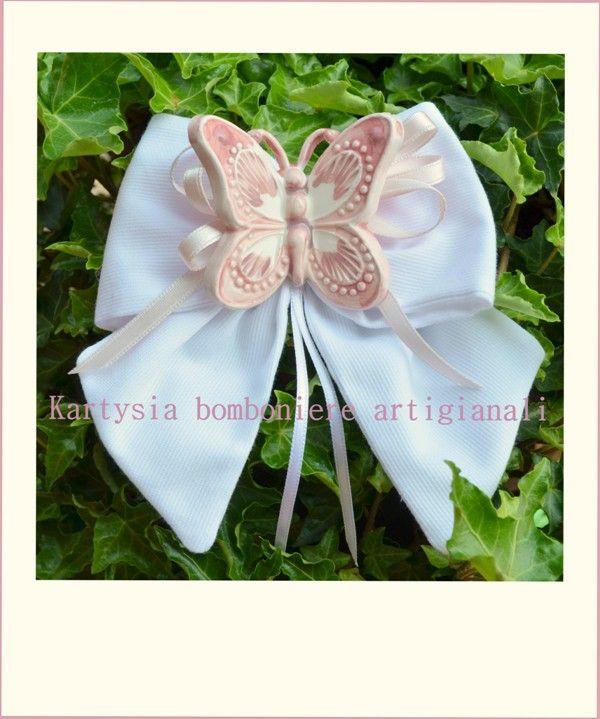 Fiocco in cotone millerighe bianco, sormontato da farfalla in ceramica realizzata a mano.