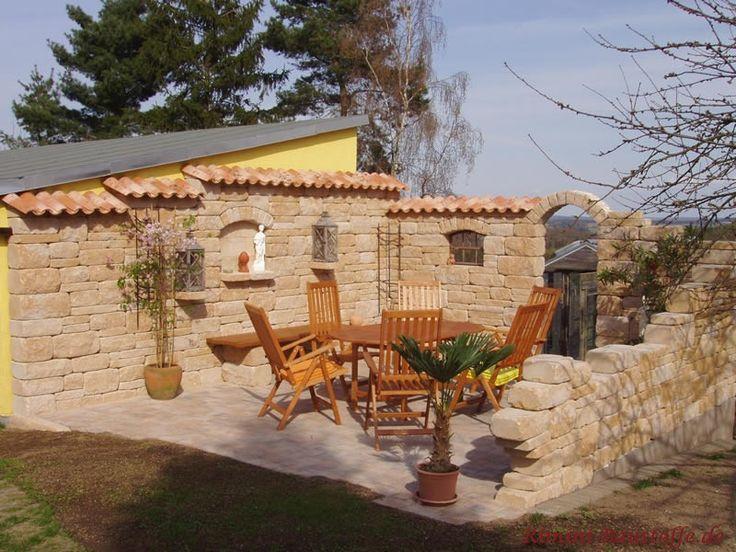 südliche Terrasse mit vielen mediterranen Elementen wie Quadersteine, spanischen Dachpfannen und Amphoren