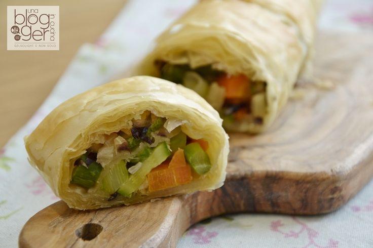 Strudel di pasta fillo con verdure, strato dopo strato, croccante e leggero! INGREDIENTI 3 fogli di pasta fillo fresca Verdure miste: 1 carota, 2 zucchine