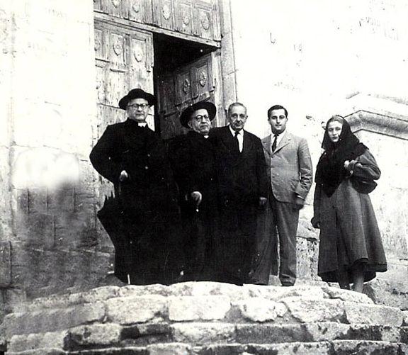 Foto di Giuseppe Tomasi di Lampedusa sulla scalinata della chiesa del Monastero in Visita a Palma di Montechiaro