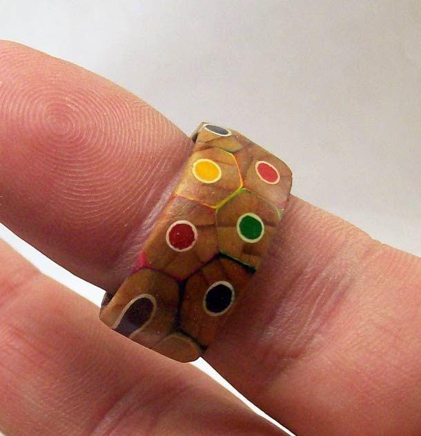 Make a ring from colored pencils using a lathe. Fabriquer une jolie bague avec des crayons de couleur ! http://www.ufunk.net/gadgets/colored-pencils-ring/