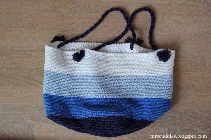 Mrs. Cuddles: Beach bag and a cat!