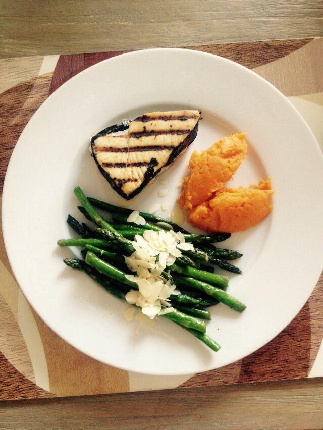 Gegrilde tonijn (gemarineerd met miso en nori), gewokte asperges met amandelschaafsel en zoete aardappel puree #healthy #paleo