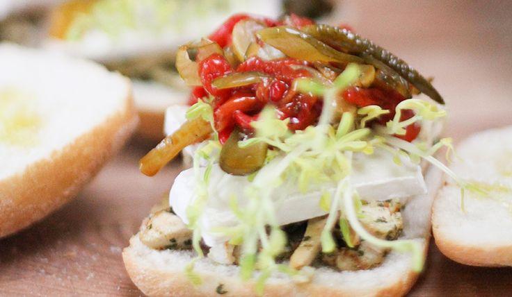Sandwich de Pollo con Pesto de Pistachos, Camembert y pimientos dulces