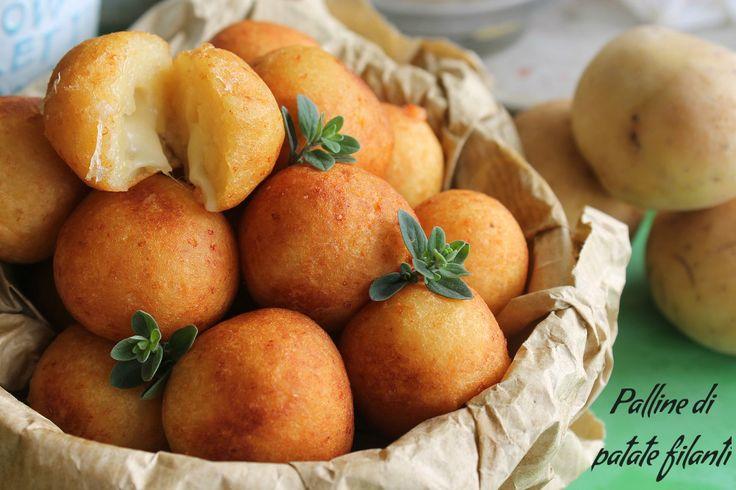 Le palline di patate filanti sono uno sfizio dal guscio croccante, dall'impasto di patate morbido e da un cuore filante di mozzarella.