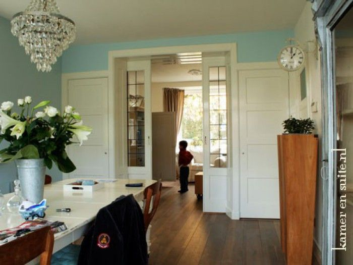 Eetkamer en woonkamer wordt gescheiden door glas in lood schuifdeuren jaren 30 stijl home - Kamer parket ...