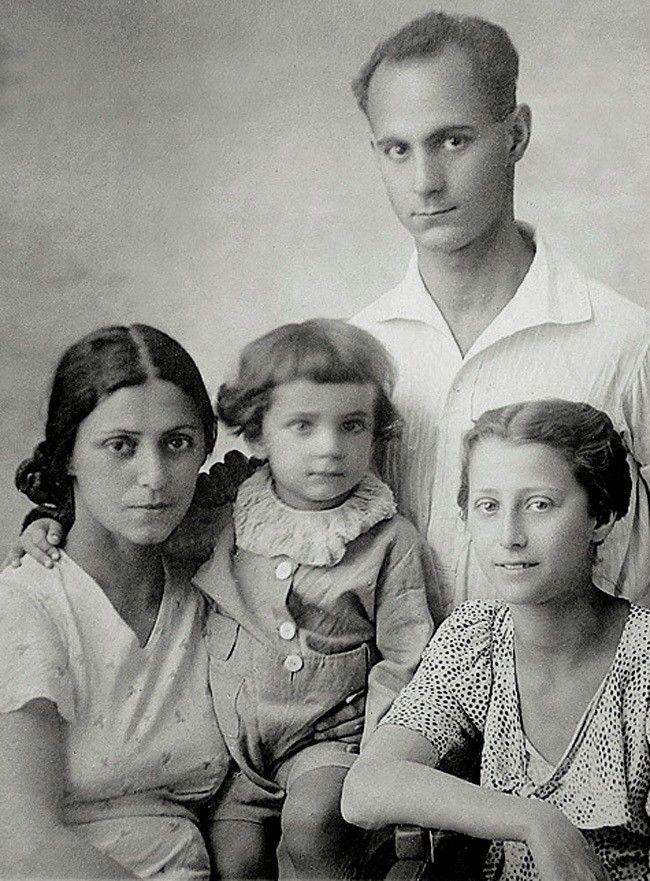 Майя Плисецкая с мамой Рахилью Михайловной, папой Михаилом Эммануиловичем и братом Сашей. 1937 -  1938