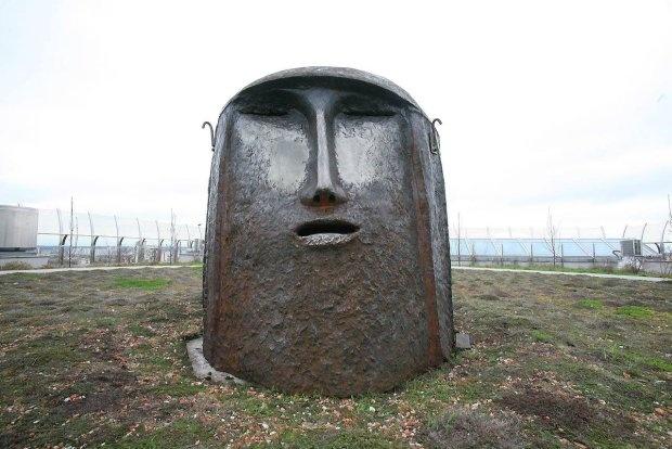 Sculpture inspired by Czesław Niemen. On the roof of Opera Podlaska.