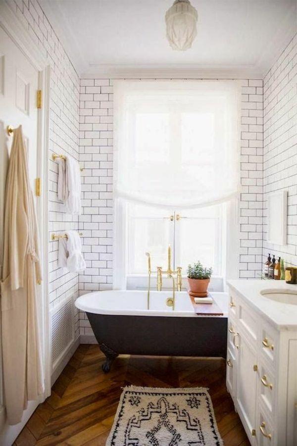 kleines badezimmer gestalten inspirierende vorschläge weiße fliesen dunkle badewanne