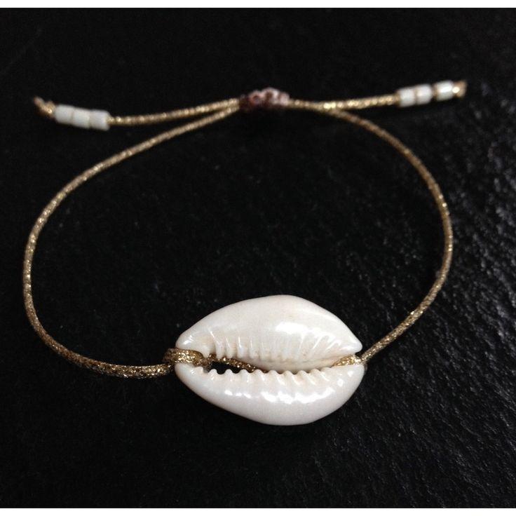 Bracelet grigri coquillage Cauri sur lien doré par Bijoux Bleu Bohème