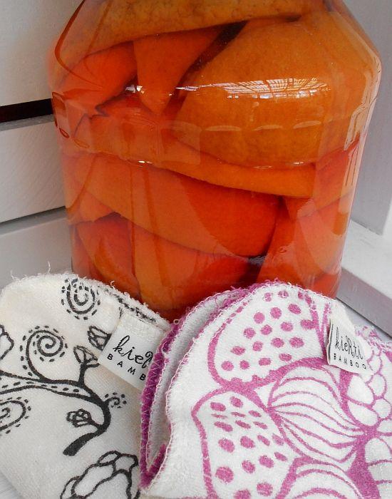 Appelsiiniinkuorilla tehostettu  etikkapesuaine.   #ekosiivous #appelsiininkuori #etikka #ekopesuaine