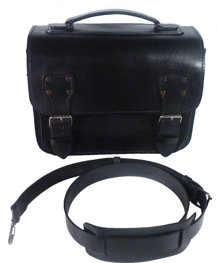 Мужской портфель из шорно-седельной кожи хромового дубления. Полностью ручная работа. Прошит седельным швом вощеной нитью. Имеет 2 отделения и задний карман на молнии.