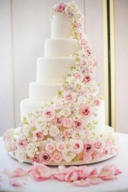 wedding cake / gâteau de mariage blanc avec une cascade de fleurs roses