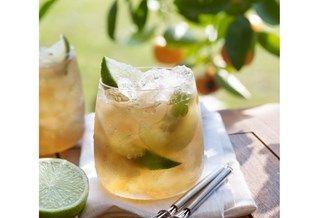Limonade met citroenmelisse, munt en limoen
