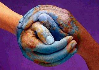 Denotativamente: dos manos unidas, de diferentes colores (razas) y pintadas de azul.  Connotativamente: la sinergia y respeto de los seres humanos por un bien común. Ideas de ser iguales, de cuidar el planeta, sin fronteras.