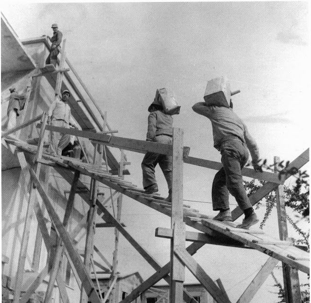 Η οικοδομή δεν ήταν ακόμη στα καλύτερα της. Η ανεργία μεγάλη και το ρίξιμο του μπετόν με τον τενεκέ, σκληρή δουλειά μα έδινε μεροκάματα.