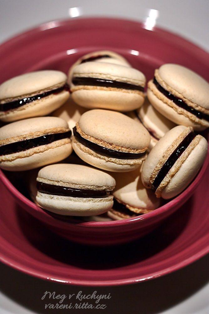 Italské macarons plněné čokoládovou ganache a borůvkovou marmeládou