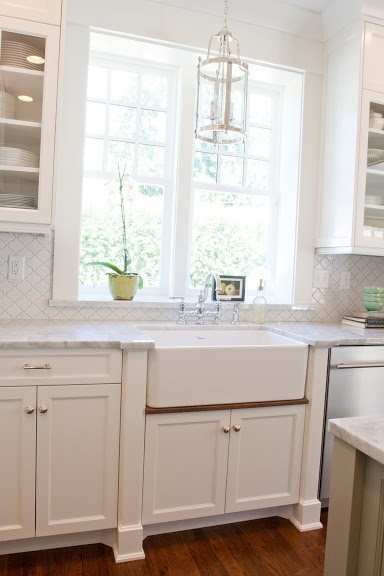 Caitlin Creer | white Shaker style kitchen cabinets with knobs on the cabinet doors and  bar pulls on the drawers