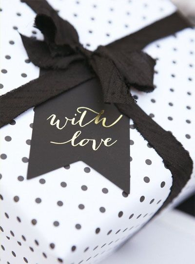 Joli emballage cadeau avec ruban + étiquette accrochée sur noeud