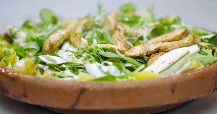 Zomer of winter, een salade smaakt altijd. Het is de ideale bereiding voor wie zonder schuldgevoel wil genieten van een lichte lunch of diner. Bovendien kost de bereiding van zo'n schotel maar weinig tijd. De combinatie van kraakverse koude ingrediënten met (in dit geval) de lauw-warme kippenreepjes en stukjes aardappel maken er een boeiend gerecht van.