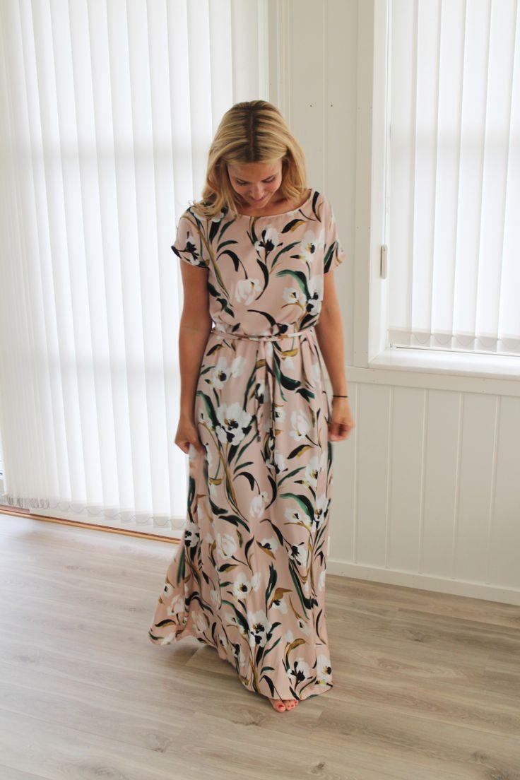 Trenger du en helt enkel kjole til et selskap? Da er denne perfekt å sy selv! Kjolen er formløs i utgangspunktet, og på den måten kan du enkelt forme den med et belte i livet.