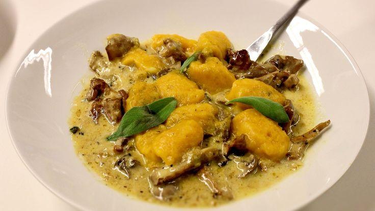 Pasta - gnocchi av gresskar med soppsaus og salvie.