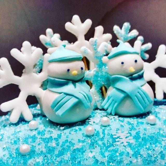 Baby it's cold outside... perfect shot by my coworker. -  - #cakesofinstagram #cakegram #instacake #cakestagram #bramptoncakes #brampton #gta #mississauga #sweetboucakes #winterwonderland #snowmen #snowman #snowflakes #winterblue @sweetboucakes