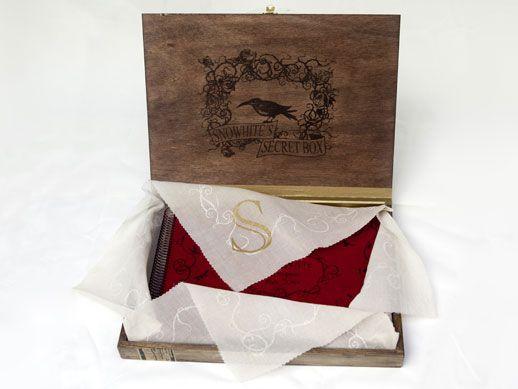 Caja secreta de Snowhite  Facsímil: 70 pg, 32x23 cm.  Papel: Hahnemühle 200g 100% algodón; cristal; japonés. Espiral envejecida.  Cubiertas antelina. Estampa digital y serigrafía.  Retrato: 23x30 cm, papel 300g, estampa digital con impresión múltiple.  Pañuelo: 50x50 cm, serigrafiado 2 tintas. Caja: 37x27x4 cm, madera serigrafiada y policromada a mano.