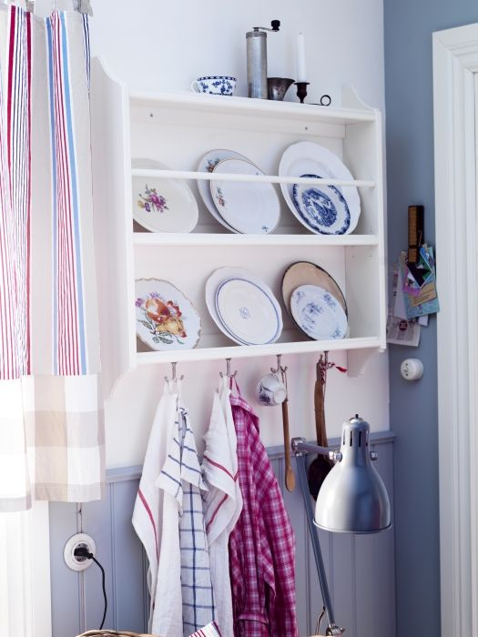 Turn your favorite dishes into wall decor with the STENSTORP plate shelf.
