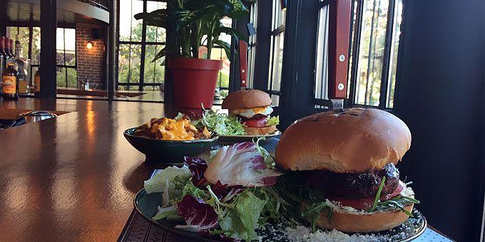 Το άρτι αφιχθέν BarBara Que στα Βριλήσσια ξέρει να φτιάχνει burger και έχει όλα τα φόντα για να γίνει το νέο κρεατοφαγικό μας στέκι. Το δοκιμάσαμε και μεταφέρουμε εντυπώσεις.